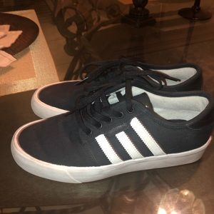 Black and white adidas Sz 6